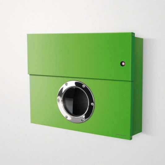 Radius Design Letterman XXL Briefkasten grün (RAL 6018) mit Klingel in rot mit Pfosten in Briefkastenfarbe 567 b-kr